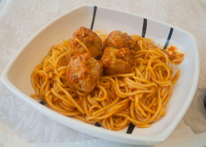 Plato de espaguetis con albóndigas