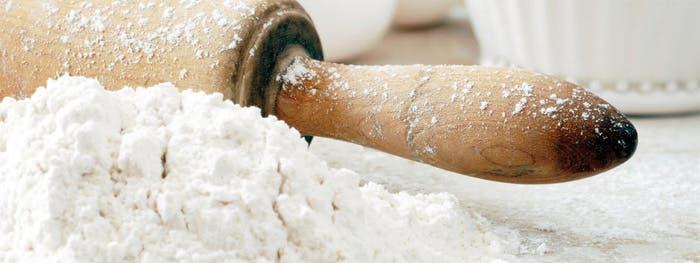 Detalle de harina con rodillo de madera