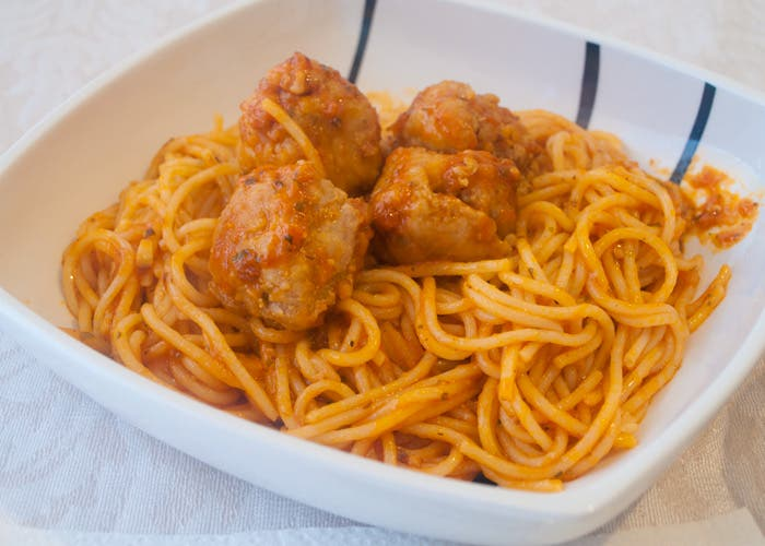 Presentación de espaguetis con albóndigas