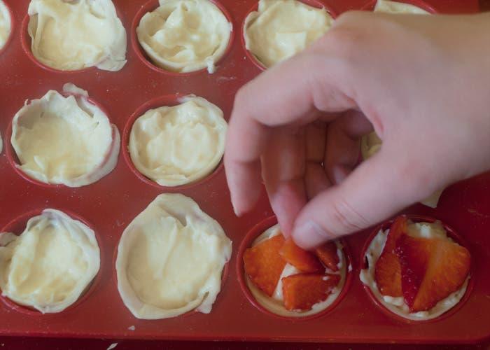 Añadir fresas sobre la crema pastelera