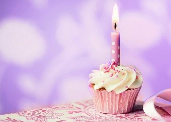 Magdalena con una vela de cumpleaños