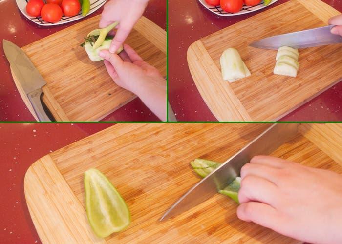 Pelando pepino y picando pimiento para gazpacho