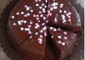 _Brownie_ acabado decorado con virutas en forma de corazón.