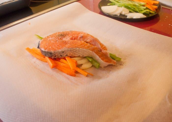 colocar salmón y verduras sobre papel de horno