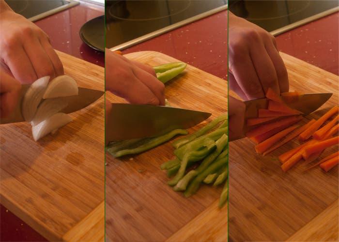 Cortando cebolla, pimiento y zanahoria en juliana