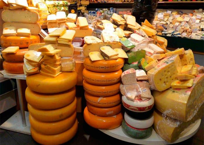 Montaña de quesos en un supermercado