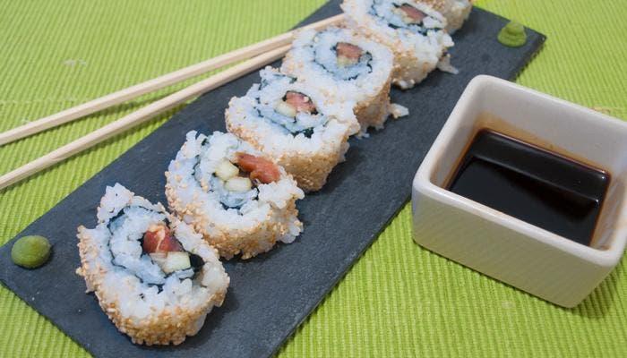 Sushi tipo california roll, presentación