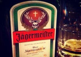 Botella y vaso de Jägermeister