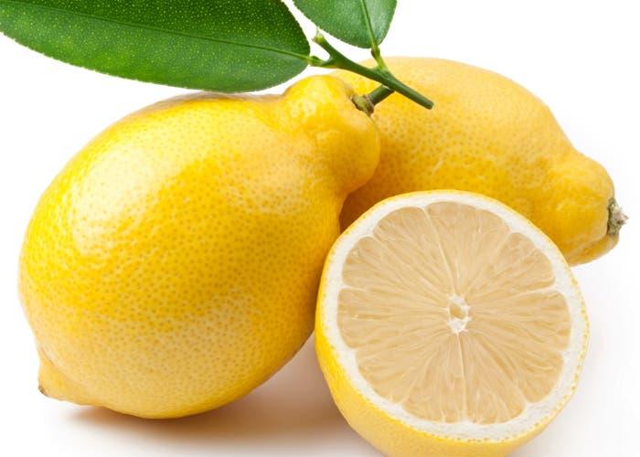 Limones uno de ellos cortados