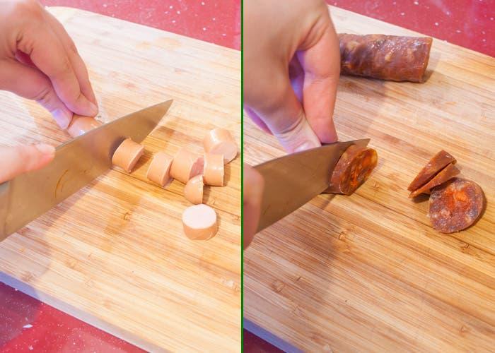 Macaarrones con chorizo picando salchicha y ajo