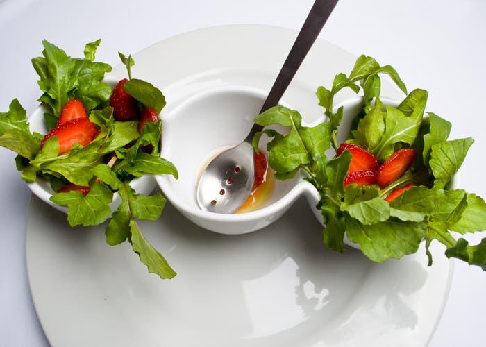 Plato con verduras y aliño al centro