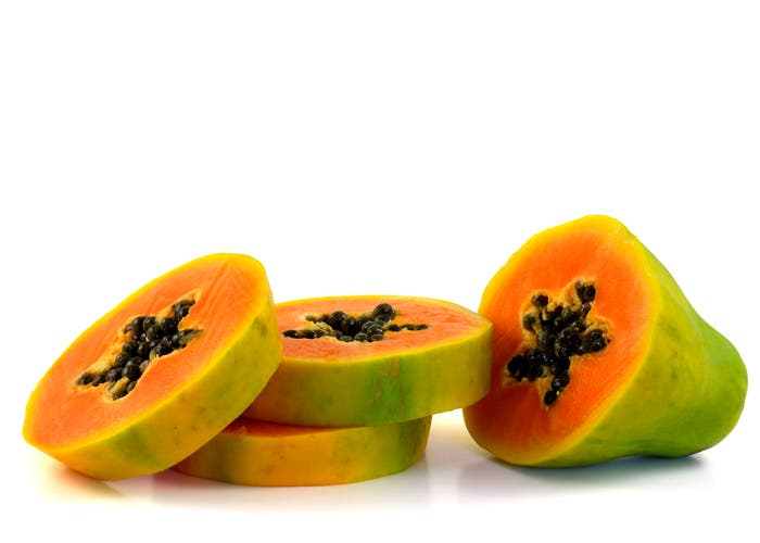 papaya cortada en rodajas