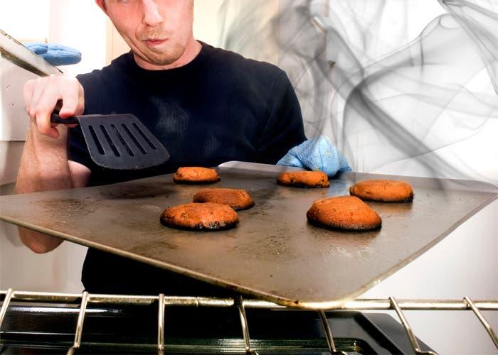 Galletas quemadas en bandeja del horno
