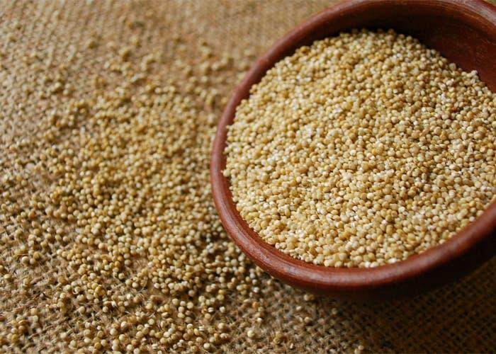 Montón de quinoa esparcida sobre una mesa