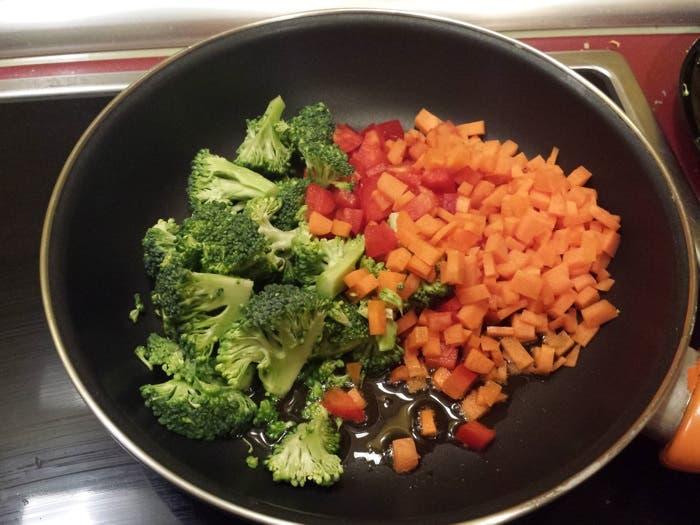 Sofreír zanahoria, brocoli y pimiento