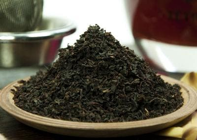 infusión de té negro en hojas
