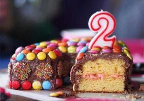 Pastel cumpleaños con vela de 2 años