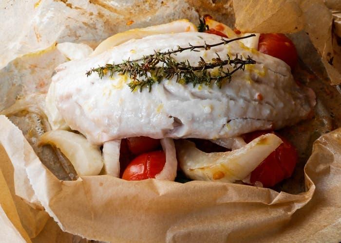 Merluza en papillote al horno con verduras receta paso a paso for Platillos faciles y rapidos