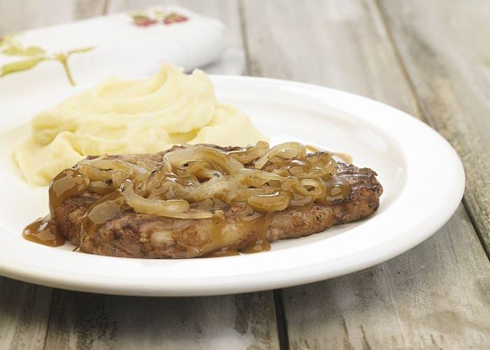 Bifes con cebolla y puré de patatas