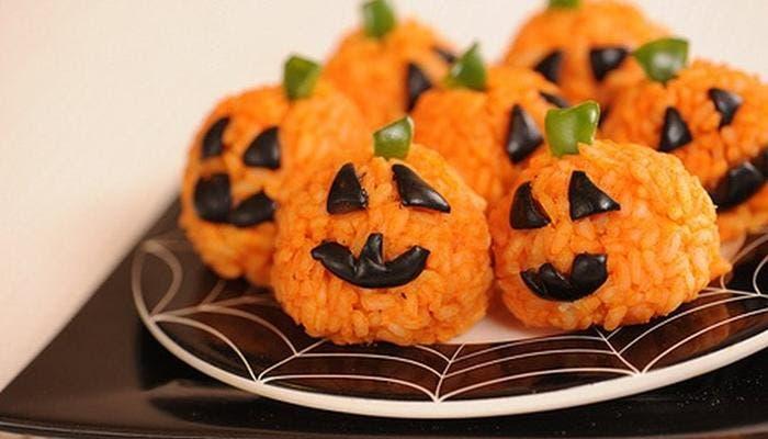 Bolitas de arroz naranjas con forma de calabaza de Halloween