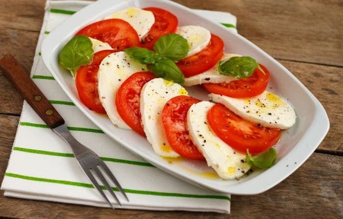 Ensalada de tomate, mozzarella y albahaca