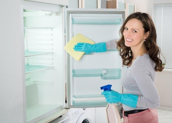 Mujer limpiando la nevera