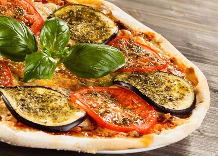 Pizza con berenjena y tomate