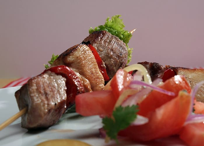 Brochetas de carne de cerdo y pollo