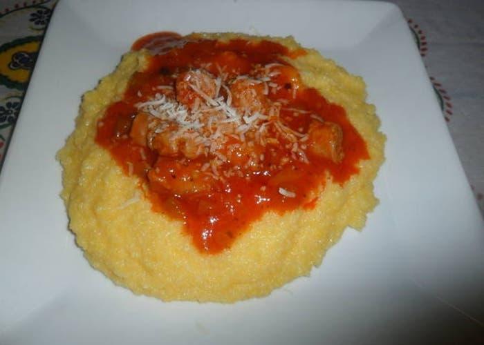 Polenta con albóndigas en salsa