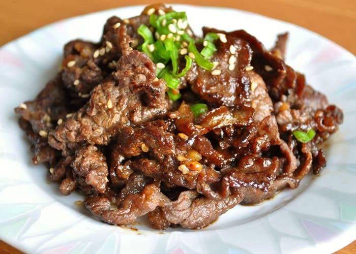 Carne marinada al sésamo