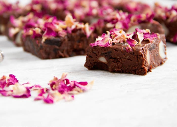 Brownies con flores comestibles
