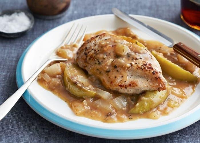 Pollo asado con manzanas verdes y hongos