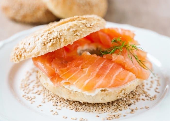Receta de bagels de salm n ahumado ideal para el almuerzo - Aperitivos de salmon ahumado ...