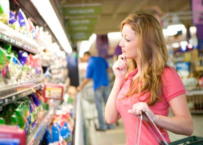 Chica comprando supermercado