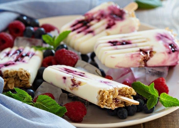Helado de yogur con frutos rojos y avena