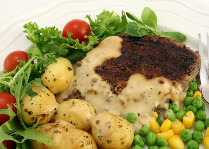 carne-con-patatas-y-ensalada