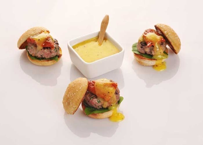 receta-de-mini-hamburguesas-de-carne-de-ternera-con-salsa-de-kiwi