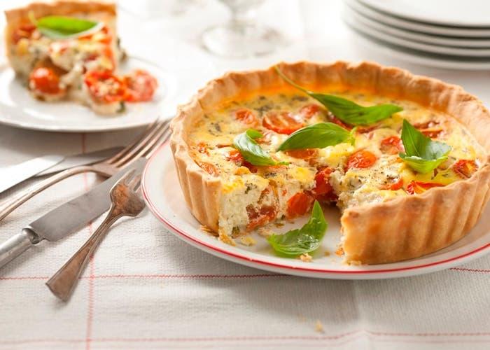 tarta-de-ricota-hojas-de-albahaca-y-tomates-cherry