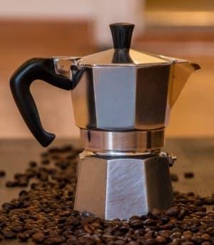 Consejos para hacer un buen caf en una cafetera italiana o de moka - Cafetera con molinillo incorporado ...