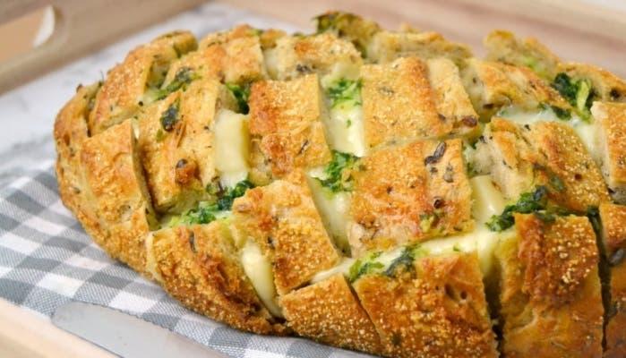 pan relleno de ajo y perejil