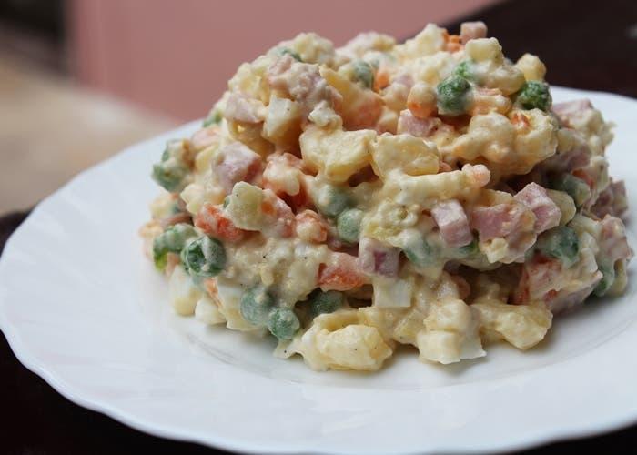 Ensaladilla de patatas, guisantes verdes y jamón