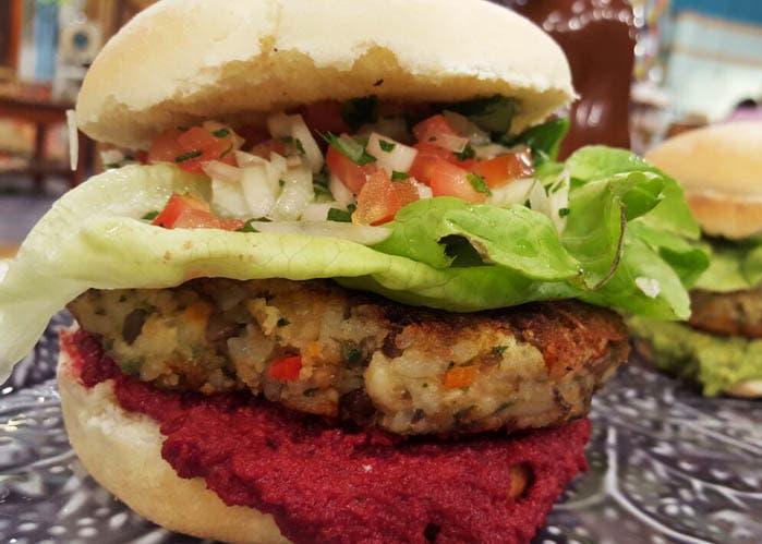 receta de hamburguesa de arroz, lentejas y vegetales