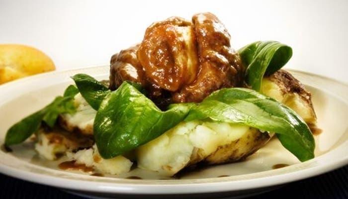 Osobuco en salsa de setas con patatas y espinacas, receta paso a paso