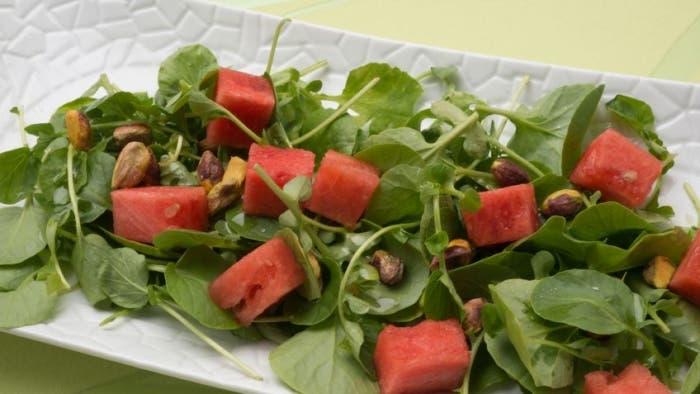 Berros, pistachos y sandía