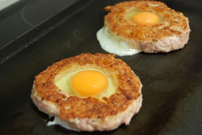 Hamburguesa de res rellena de huevo frito
