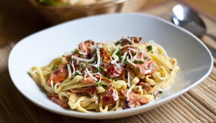 Fideos con salmón y tomates secos