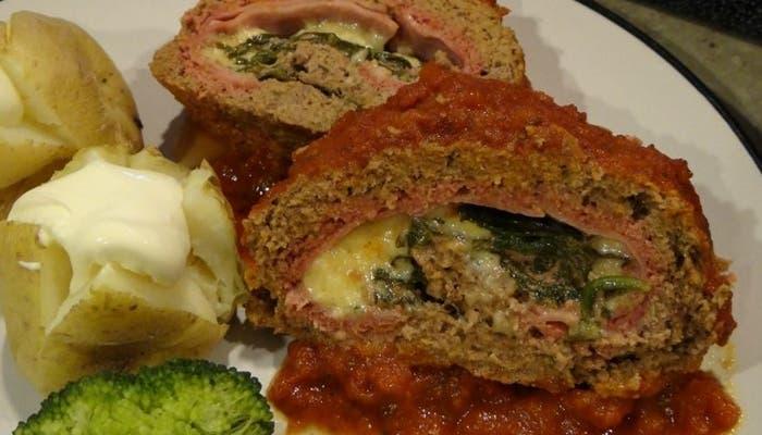 Rollo de carne de res picada, queso y espinacas1
