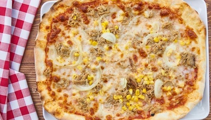 Pizza de atún, cebolla y maíz