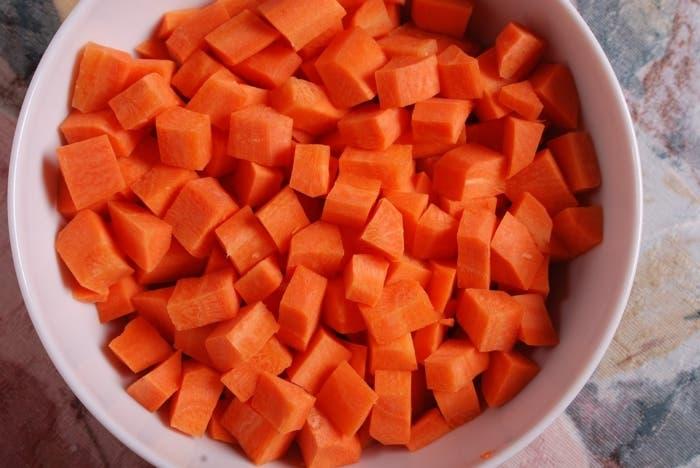 cortar zanahorias en cubos