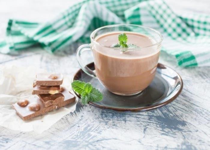 Bebida de chocolate caliente con menta